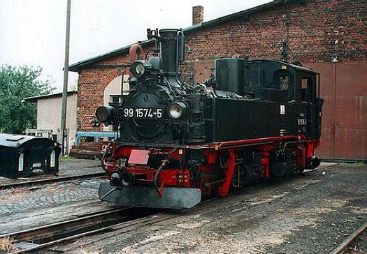 99 574 als Rekolokomotive am 30.09.2001 vor dem Lokschuppen in Mügeln