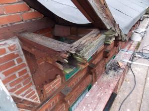 Gaube an der Dachvorderseite  während der Demontage