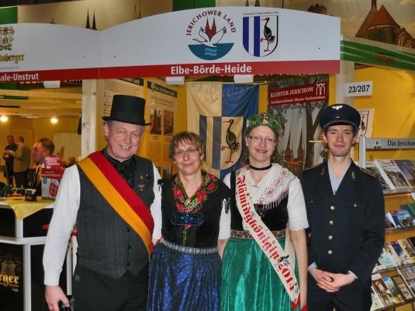 vlnr.: Möckerns Bürgermeister Frank von Holly mit seiner Frau Gabriele, daneben Tochter Eva (Flämingkönigin), Benjamin Ebrecht